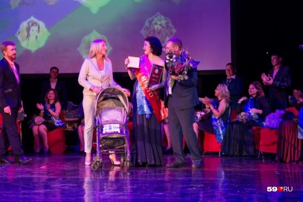 На одном из прошлых конкурсов победительнице подарили коляску, колье и сертификат на платные роды