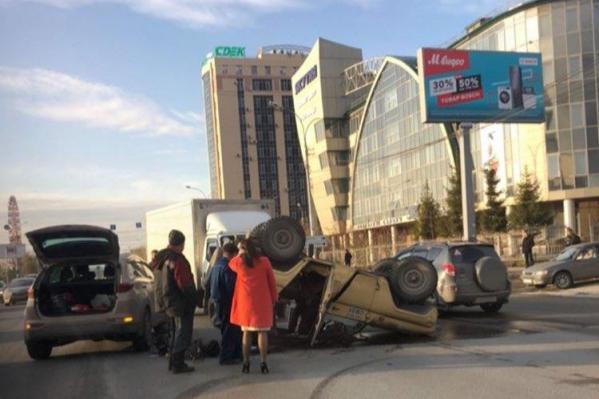 Авария случилась недалеко от перекрёстка с улицей Добролюбова