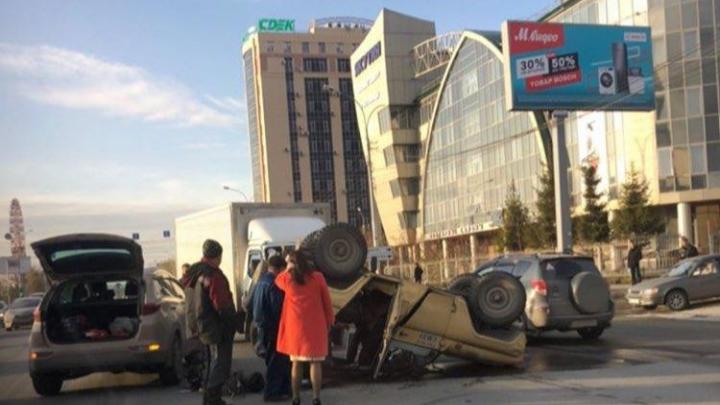 На Большевистской УАЗ лёг на крышу — в обе стороны собралась пробка