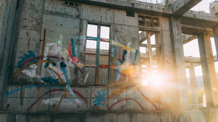 В Омске художники устроили выставку «дерзких» граффити в заброшенном здании
