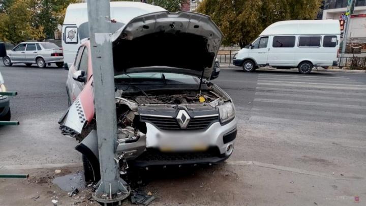 Женщина-водитель выпала из салона: в Волжском такси без водителя врезалось в опору освещения