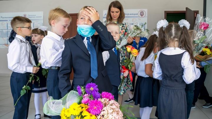 А маску ты дома не забыл?! 33 фото коронавирусного Дня знаний со всей страны