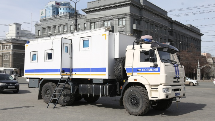 На главной площади Челябинска включили громкоговорители с призывами людей остаться дома