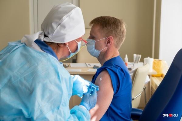 Первые 42 дозы вакцины от COVID-19 для врачей пришли на Южный Урал два месяца назад