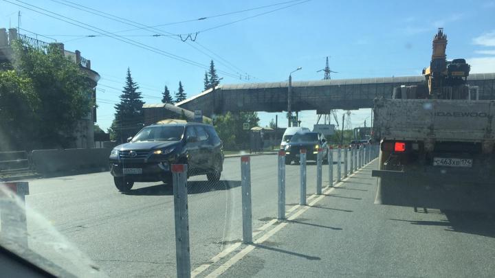 На Свердловском проспекте в Челябинске начали ставить разделительное ограждение