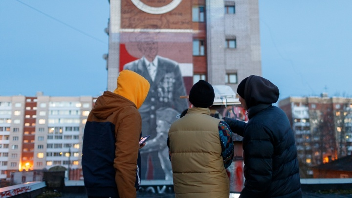 Как на девятиэтажке в Архангельске появлялся стрит-арт «Сон внука». Видео