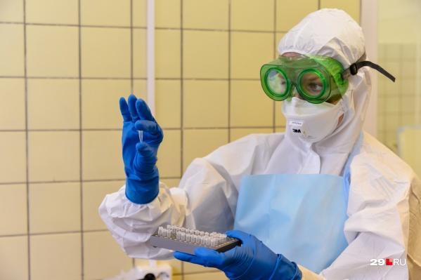 """Количество новых случаев коронавируса <nobr class=""""_"""">снижается —</nobr> на прошлой неделе в сутки выявляли по 300 заболевших, в этот понедельник сообщили о 222 новых"""