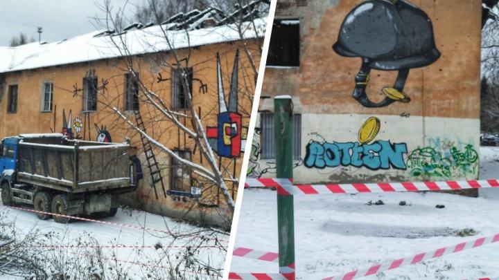 В Екатеринбурге начали сносить многоквартирный дом, в котором при пожаре погиб ребенок