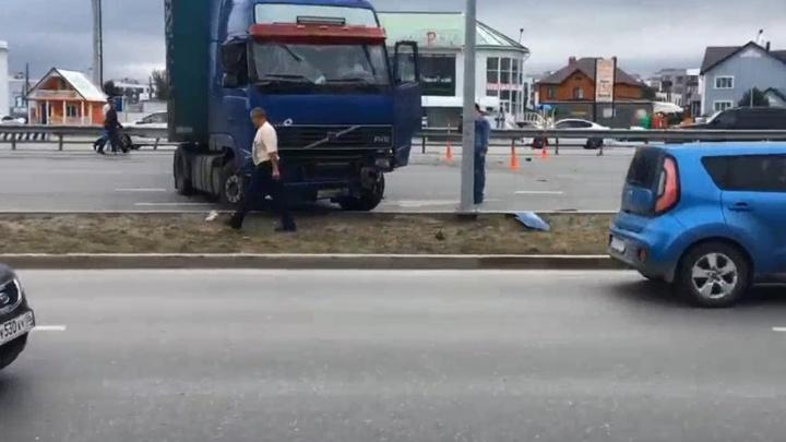 Пробка в несколько километров: трансляция с места ДТП на объездной, где фура заблокировала дорогу
