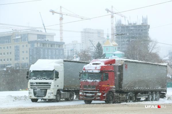 Движение транспорта остановили из-за ледяного дождя