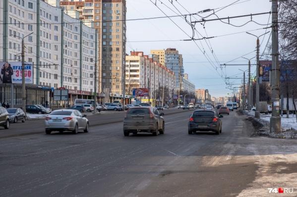 Один из первых, кто получит разделение встречных полос в следующем году, — Комсомольский проспект. Но в планах — не тросы, а газон посреди дороги
