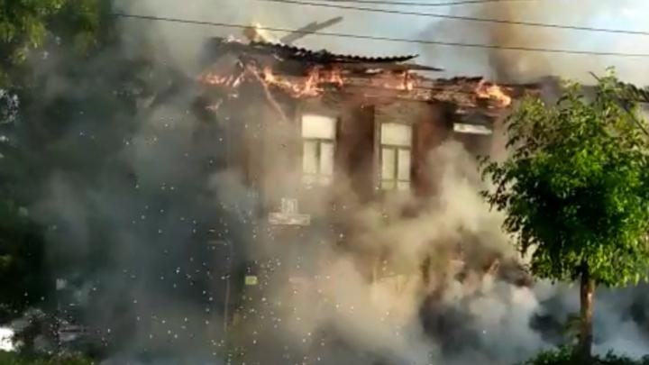 Крупный пожар в жилом доме в Уфе тушили 32 сотрудника МЧС
