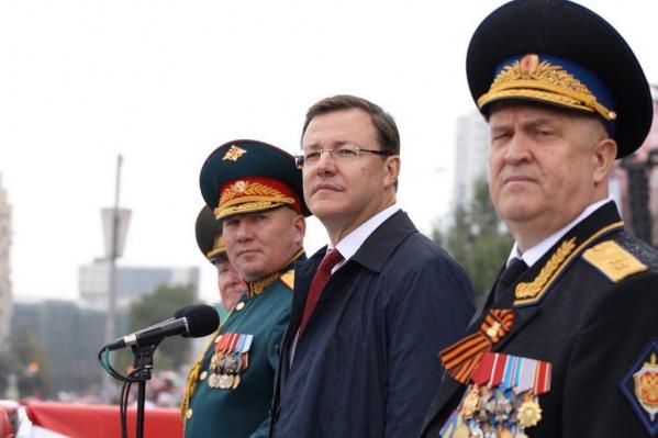 Слева направо на фото: командующий Второй гвардейской армией со штабом в Самаре Андрей Колотивкин, губернатор Дмитрий Азаров, главный федеральный инспектор СО, бывший главный чекист региона Юрий Рожин