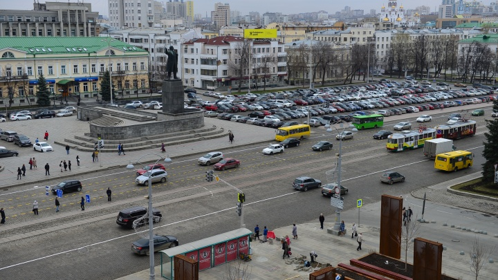 В выходные закроют парковку на площади 1905 года