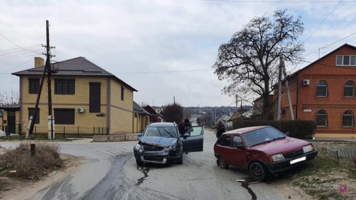 Увезли женщину и ребенка: в аварии на малооживленной улице Волгограда пострадали два человека
