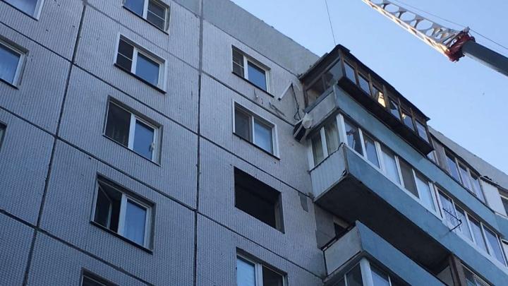 В Тольятти автокран повредил четыре балкона