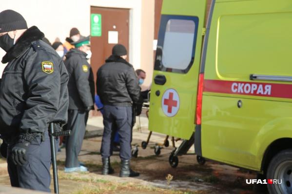 Одну пожилую женщину увезла реанимационная бригада, поскольку она была в очень плохом состоянии