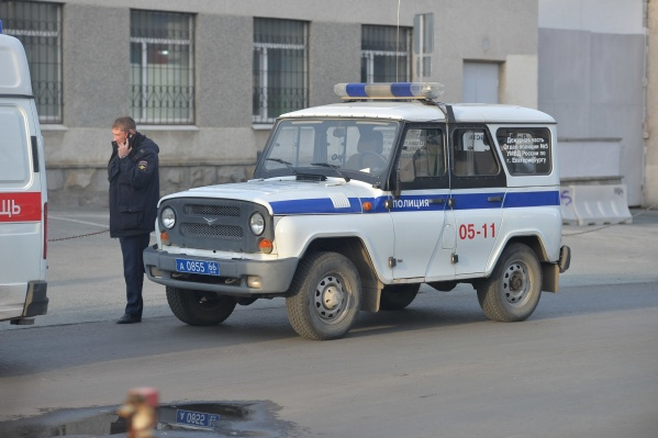 На место происшествия прибыли полиция и скорая