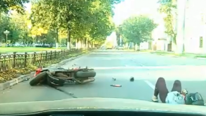 «Ехала на ресницы»: в Ярославле девушка-байкер врезалась в открытую дверь автомобиля. Видео