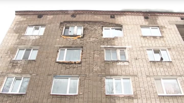 «Отвалилась балка и посыпались кирпичи»: в Березниках обрушилась часть кладки в еще одном доме