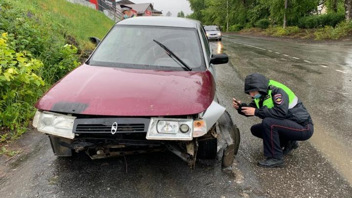 Ребенок пролетел через весь салон: в Реже автомобиль въехал в бетонное ограждение