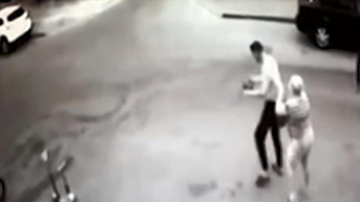 В Волгограде дерзкое ограбление возле магазина попало на видео