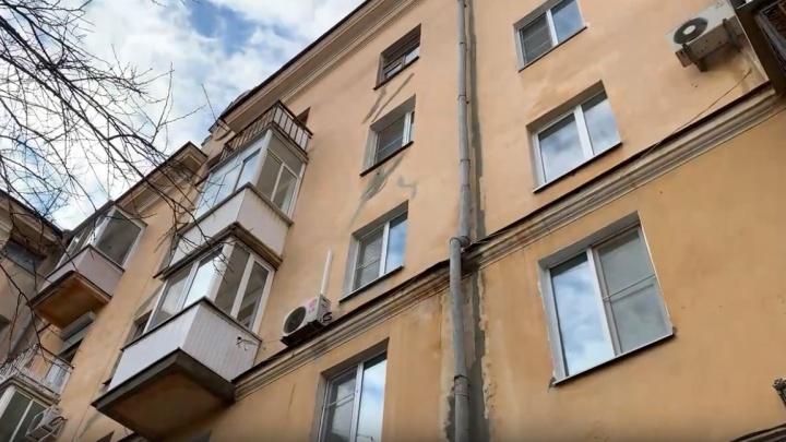 «Во дворе не было ни души»: в центре Волгограда из окна пятиэтажки выпал молодой мужчина