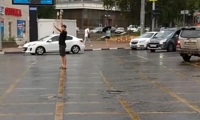 Ростовчанин регулировал движение в центре города из-за сломавшегося светофора