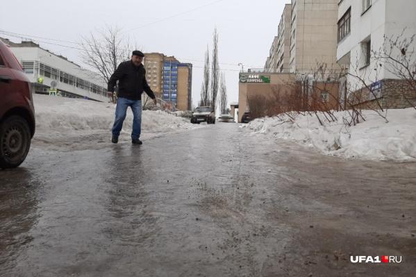 По словам горожан, до «катка» на тротуарах властям нет никакого дела