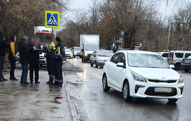 На Чкаловском машина сбила человека рядом с остановкой