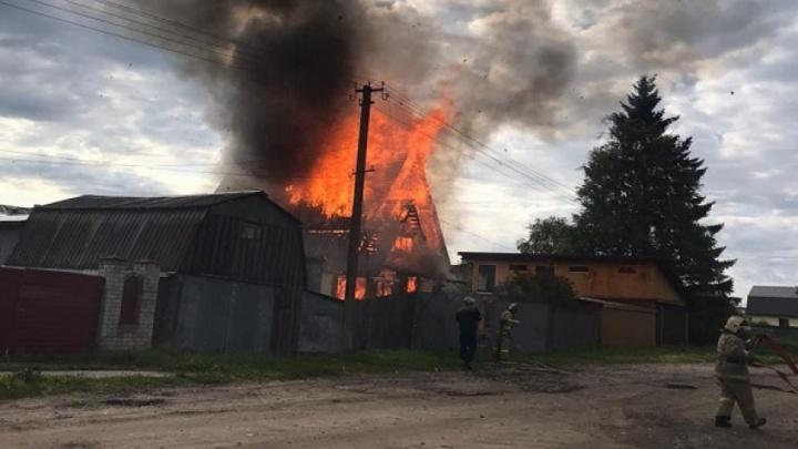 Лежачую пенсионерку спасли из горящего дома в Няндоме