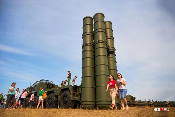 С-300 «Фаворит» — зенитно-ракетный комплекс большого радиуса действия, предназначенный для противовоздушной и противоракетной обороны военных и гражданских объектов