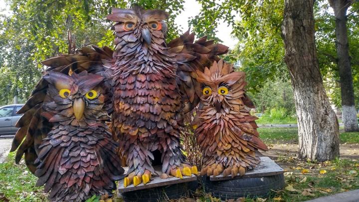 «Первый год воровали»: красноярец на пенсии украсил двор шикарными фигурами из покрышек и цемента