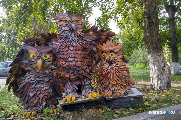 """Двор дома на <nobr class=""""_"""">Мичурина, 1</nobr> заполонили фигуры животных и птиц"""