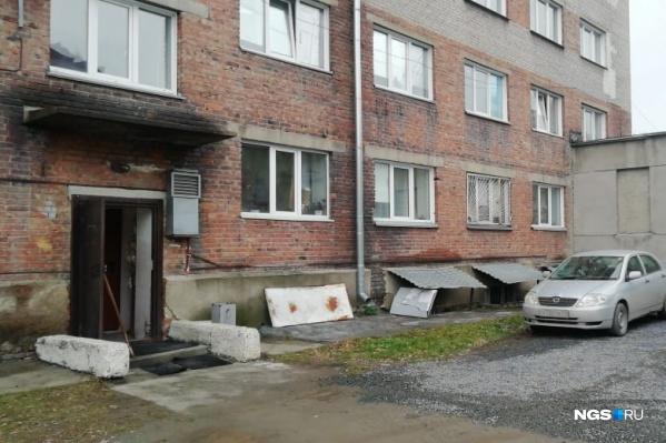 Женщина выпала из окна на втором этаже