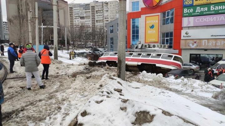 «Поехал сам»: одна из версий, почему трамвай на Ново-Садовой сошел с рельс