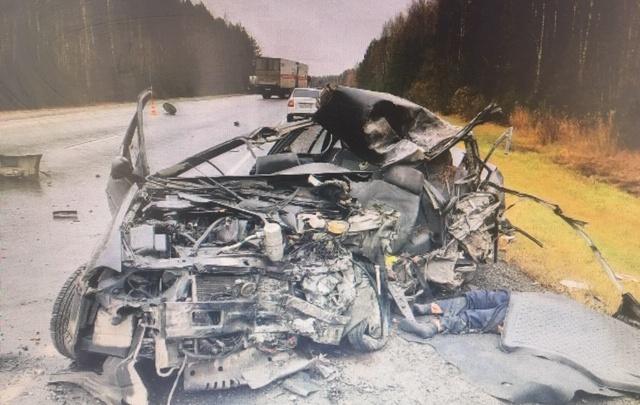 Машина всмятку: на тюменской трассе из-за дождя произошло смертельное ДТП