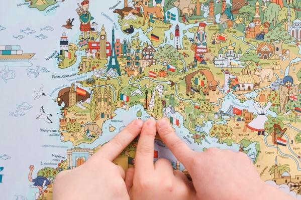 Дети не просто разглядывают карту, а ищут на ней определенные объекты