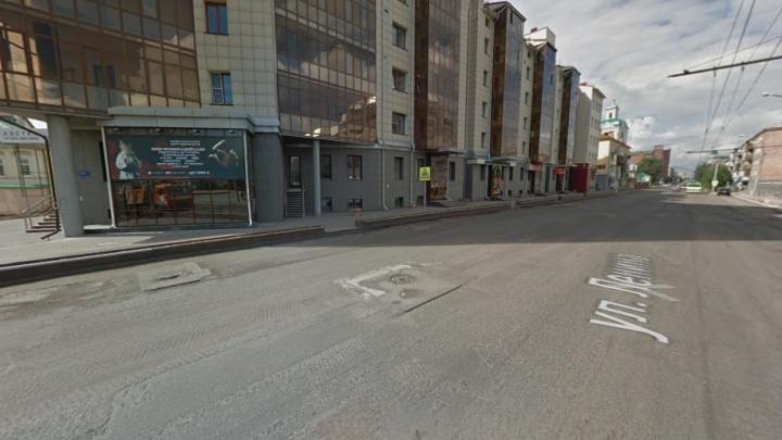 Из-за жалоб жителей домов на Ленина запретили остановку авто в районе института искусств