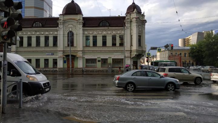 На Шефской тонут автомобили: рассказываем, почему ливневки в Екатеринбурге не справляются с дождем