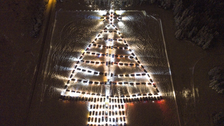 Два часа расставляли 230 легковушек: под Нижним Тагилом водители устроили гигантскую автоёлку
