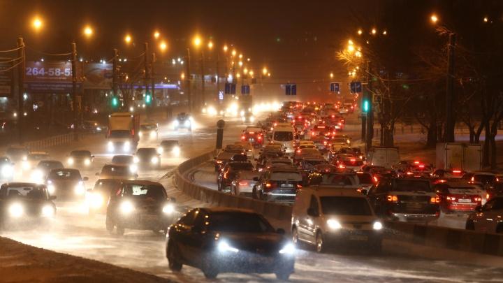 Челябинск после небольшого снегопада впервые этой зимой встал в 10-балльных пробках