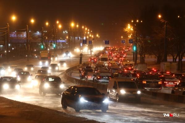 Пробки в вечерний час пик спровоцировал небольшой снегопад
