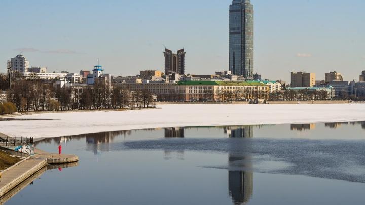 Прохожие вытащили из Городского пруда мужчину, который провалился под лед