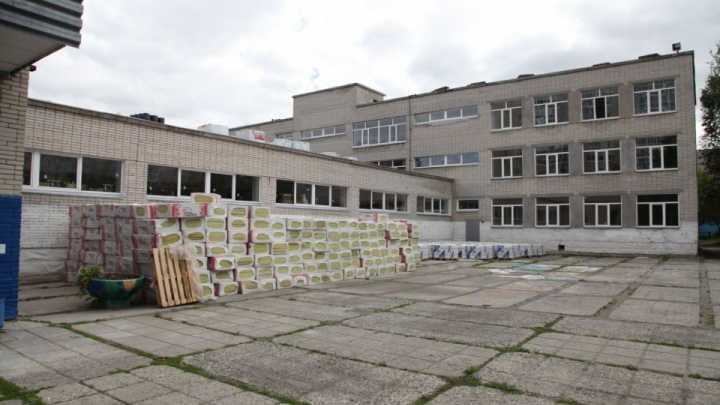Претензии выставляли неоднократно: в Кургане школе № 11 сразу после ремонта начала протекать крыша