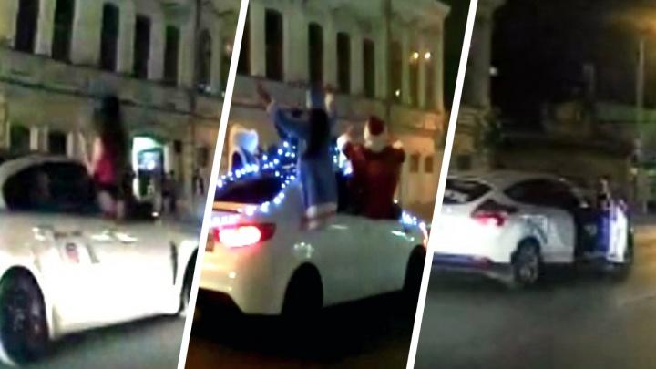 Снегурочки, Деды Морозы и полуголые девушки устроили шумный заезд на авто по центру Екатеринбурга: видео