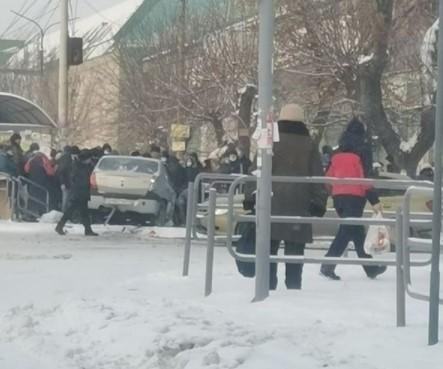 В Челябинске машина вылетела на тротуар и снесла троих пешеходов