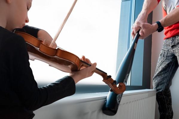 Соседи многоэтажного панельного дома недовольны звуками скрипки, на которой играет девятилетний мальчик