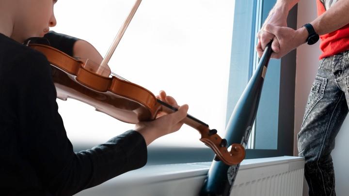«Сын занимается, а соседи наряд вызывают»: в Челябинске завели дело из-за игры мальчика на скрипке по вечерам