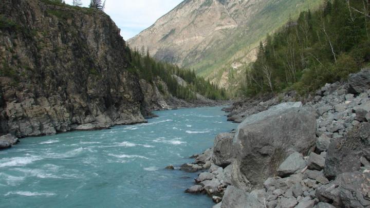На Алтае спасатели помогут новосибирской группе туристов, один из участников которой погиб